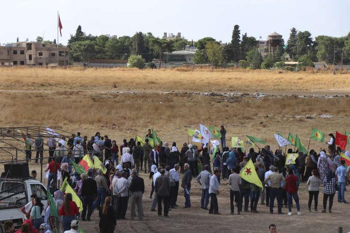 Des Kurdes manifestent contre une éventuelle intervention d'Ankara, devant la frontière turque, àRas Al-Aïn, le 7 octobre 2019.