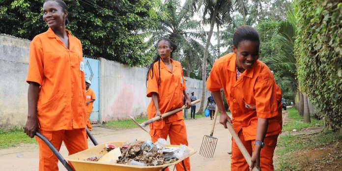 En Côte d'Ivoire, balayer la rue pour retrouver le chemin de l'emploi