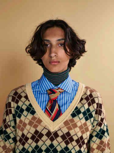Ci-contre, pull en laine, tee-shirt col roulé et chemise en coton, cravate lavallière en soie, Gucci.