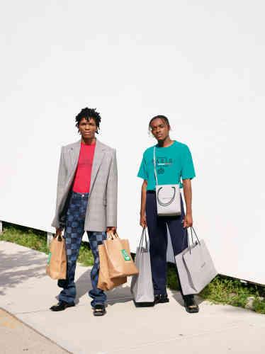A gauche, veste en laine, tee-shirt en coton, jeans en coton, sacs cabas en cuir et bottines en cuir, Balenciaga.À droite, tee-shirt en coton, pantalon en laine, sacs shopping en cuir, bottines en cuir, boucles d'oreilles en métal doré, Balenciaga.