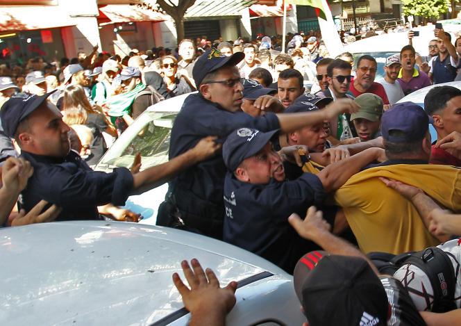 Des policiers s'affrontent avec des manifestants lors d'une manifestation antigouvernementale à Alger (Algérie), le 8octobre2019.