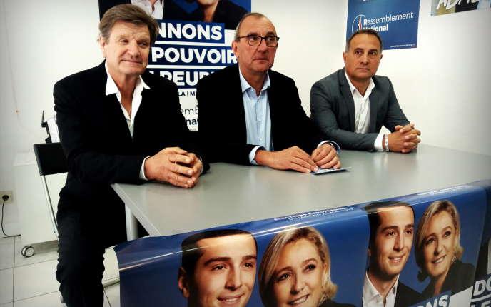 De gauche à droite : Jean-Louis Cousin, candidat RN aux municipales à Agde, Gilles Pennelle, délégué aux fédérations du RN, et Gérard Prato, candidat aux municipales à Frontignan, dans les locaux du RN à Béziers, en mai.