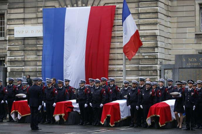 Les cercueils des quatre victimes de l'attentat de jeudi perpétré à la Préfecture de police de Paris, lors de la cérémonie d'hommage, mardi 8 octobre.