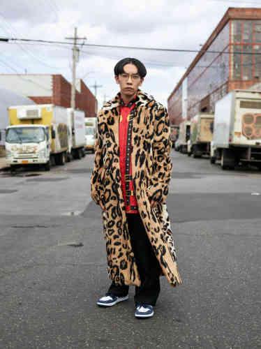 Manteau en fausse fourrure, chemise en soie imprimé, pantalon en laine, Versace.Baskets en cuir Air Max, Nike.