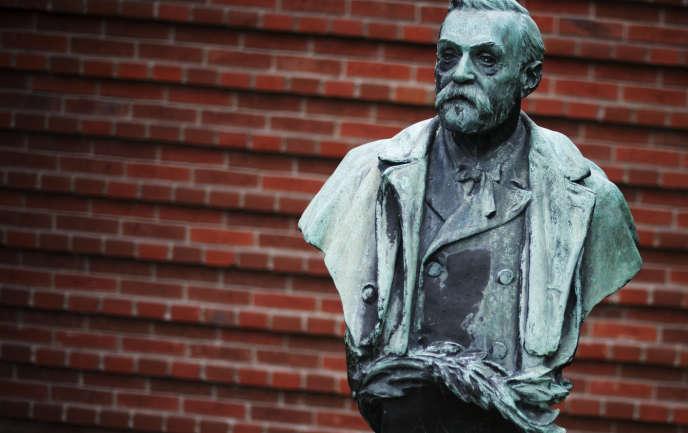 Buste d'Alfred Nobel, devant l'institutKarolinska, université de médecine située à Stockholm.