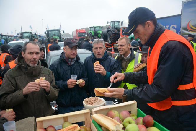 Des agriculteurs de la FDSEA de Seine-et-Marne lors de l'opération«péage gratuit» organisée le 8octobre. Un appel à des blocages partout en France a mobilisé les membres du syndicat majoritaire de la profession pour répondre aux critiques visant l'agriculture conventionnelle.