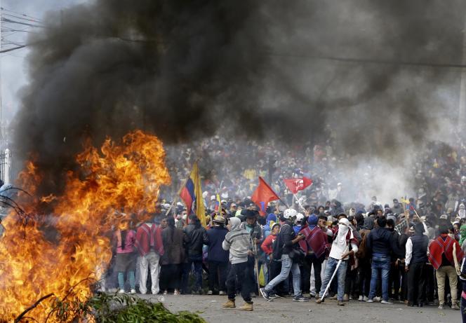 Des manifestants contre le gouvernement à Quito, le 8 octobre.