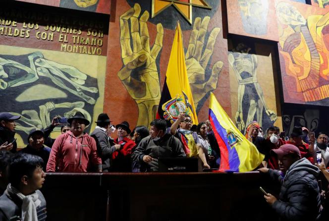 Des manifestants sont parvenus à s'introduire quelques instants dans le Parlement équatorien, à Quito, le 8 octobre.