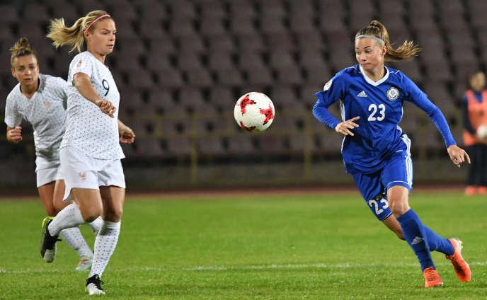 L'attaquante française Eugenie Le Sommer et la défenseuse kazakhe Anastasia Vlassova se disputent le ballon à Chimkent, le 8octobre2019, lors du match de qualifications de l'Euro2021 entre le Kazakhstan et la France.