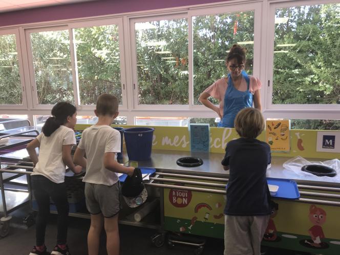 Une table de tri dans le réfectoire de l'école Jean-Sibelius (Montpellier). L'animatrice aide les enfants, parfois perdus, à comprendre les consignes.