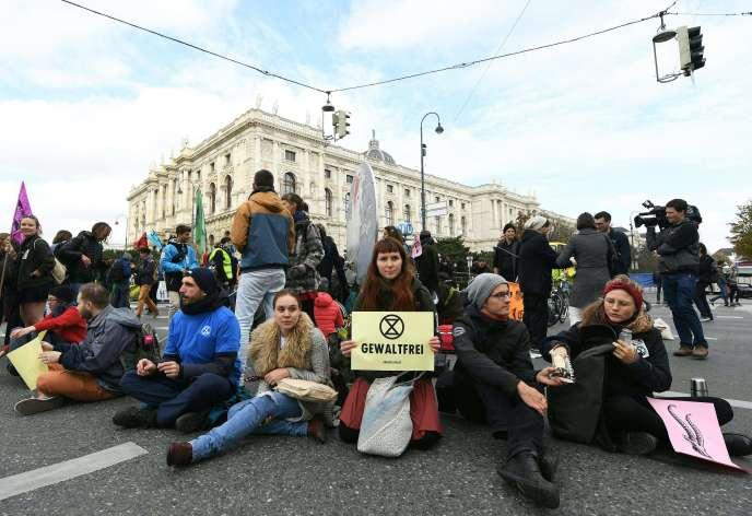 Des manifestants soutenant l'action d'Extinction Rebellion, à Vienne, le 7 octobre.