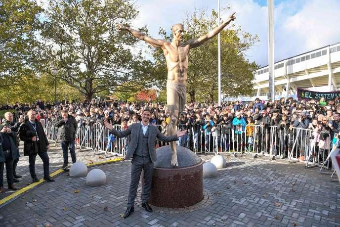 Zlatan Ibrahimovic espère que la sculpture deviendra « un symbole pour les gens qui ne se sentent pas les bienvenus, n'ont pas l'impression d'être à leur place».