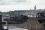 Derrière le mur de parpaings partiellement effondré se situaient les entrepôts de Normandie Logistique, qui ont brûlé.