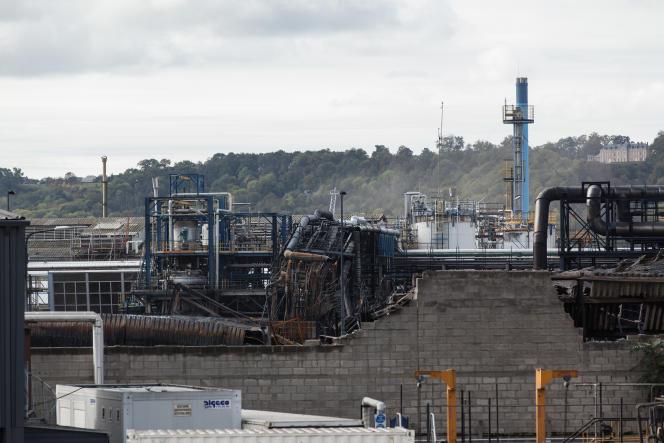 Derrière le mur de parpaings partiellement effondré se situaient les entrepôts de Normandie Logistique qui ont brûlé.