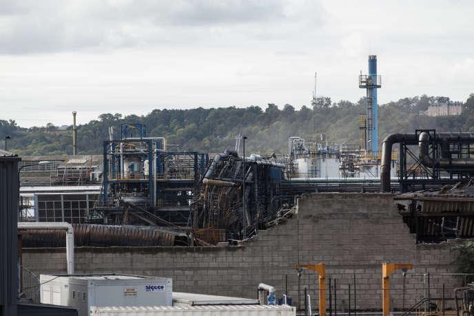 Derrière le mur de parpaings partiellement effondré se situaient les entrepôts de Normandie Logistique qui ont brûlé. La photo est prise depuis les locaux de l'entreprise Triadis, jouxtant le site, le 7 octobre.