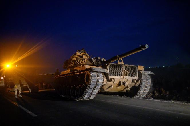 Un char de l'armée turque se dirige vers la frontière syrienne près d'Akçakale, le 8octobre 2019.