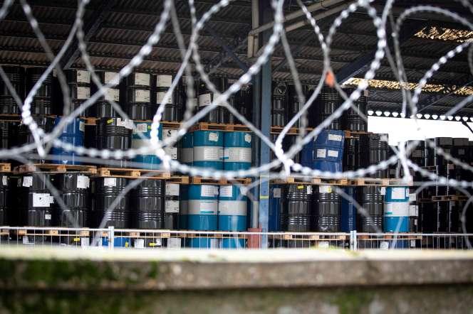 Des barils désaffectés dans l'usine Lubrizol de Rouen, le 8 octobre 2019.