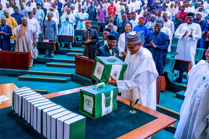 Le président nigérian Muhammadu Buhari présente le projet de budget 2020 aux parlementaires à Abuja, au Nigeria, le 8 octobre 2019.