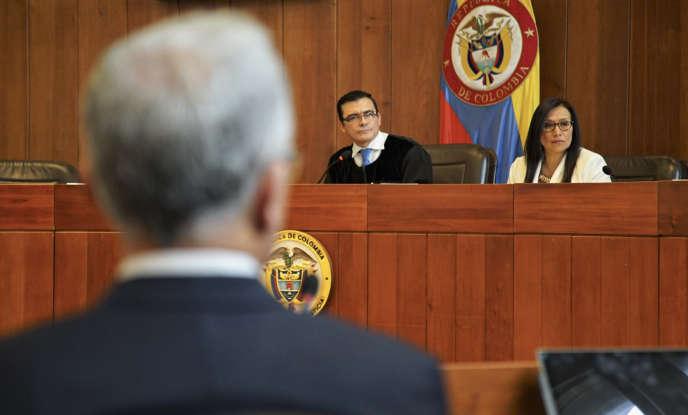 L'ancien président colombien Alvaro Uribe comparaît devant la Cour suprême, à Bogota, le 8 octobre.