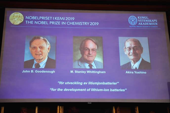 Les trois lauréats du prix Nobel de chimie apparaissent sur un écran lors de la conférence de presse de l'Académie royale des sciences de Suède, à Stockholm, le 9 octobre.