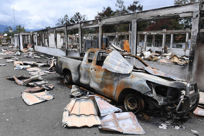Une voiture brûlée, à Wamena, en Papouasie indonésienne, le 9 octobre.