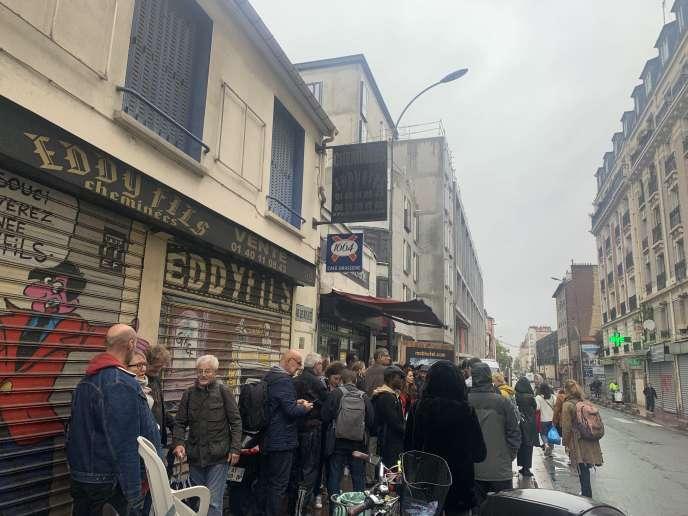 Des habitants se regroupent en face de la rue Charles Garnier, après l'évacuation par la police de la résidence d'artistesMains d'Œuvres, à Saint-Ouen (Seine-Saint-Denis), le 8 octobre 2019.