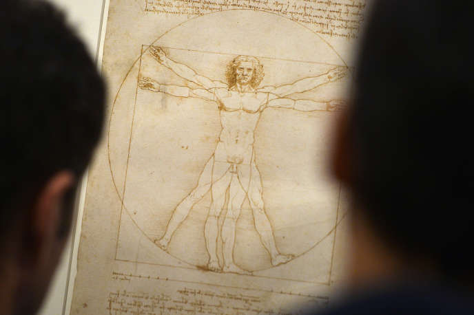 Des visiteurs admirentl'«Homme de Vitruve», l'œuvrede Léonard de Vinci, à Venise, en 2013.