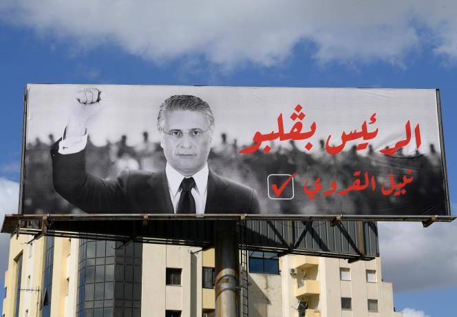 Affiche électorale du candidat Nabil Karoui à Tunis, le 9 octobre 2019. Le magnat des médias, empêché de faire campagne par son maintien en détention, a déposé un recours pour que le second tour de la présidentielle, prévu le 13 octobre, soit reporté pour « inégalité des chances».