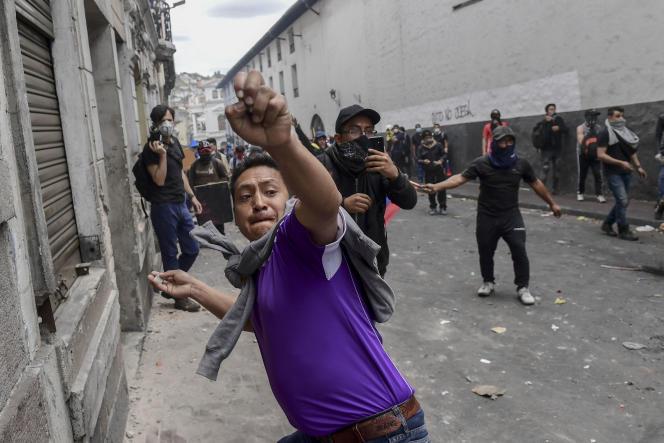 Un manifestant lors d'un affrontement avec les forces de l'ordre equatorienne, le 9 octobre 2019.