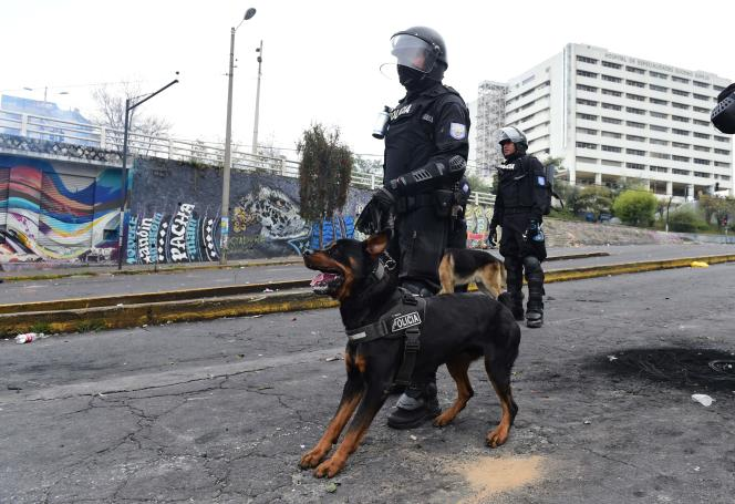 Des membres des forces de sécurité postés aux abords du Parlement à Quito, le 8 octobre.