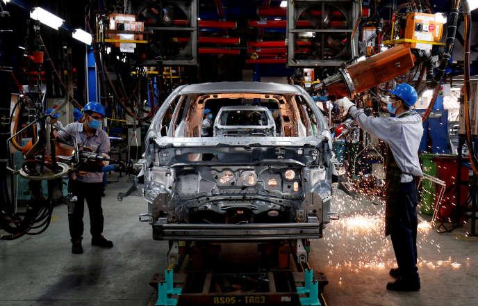 Des ouvriers dans l'usine Ford de Hai Duong, au Vietnam, en avril.