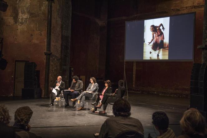 """Les invités de la conférence«""""Blackface"""", appropriation culturelle, décolonialisme : la liberté d'expression est-elle menacée ?» devant l'image d'un acteurde la représentation de la pièce d'Eschyle,«Les Suppliantes», qui devait avoir lieu à laSorbonne, enmars2019, a été empêchée par des militants de la cause noire au motif que les acteurs portaient des masques sombres et étaient maquillés de noir."""