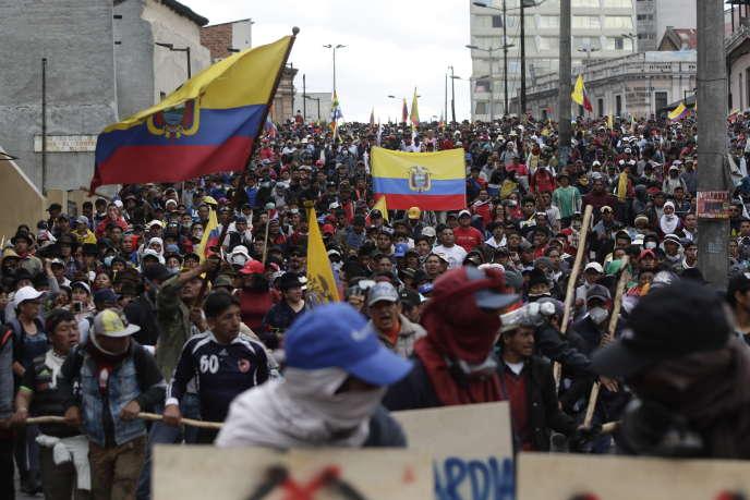 Des indigènes défilent à Quito, contre la décision du gouvernement d'augmenter les prix de l'essence, le 9 octobre en Equateur.