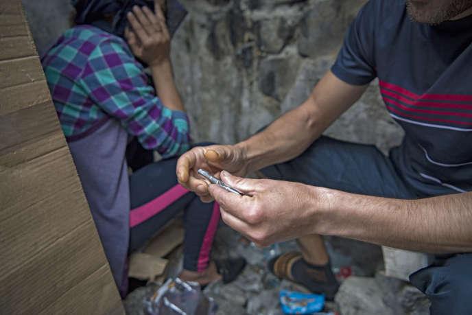 Un toxicomane se prépare un « shoot» d'héroïne dans un squat à M'diq, près de Tétouan, au nord du Maroc, en septembre 2019.