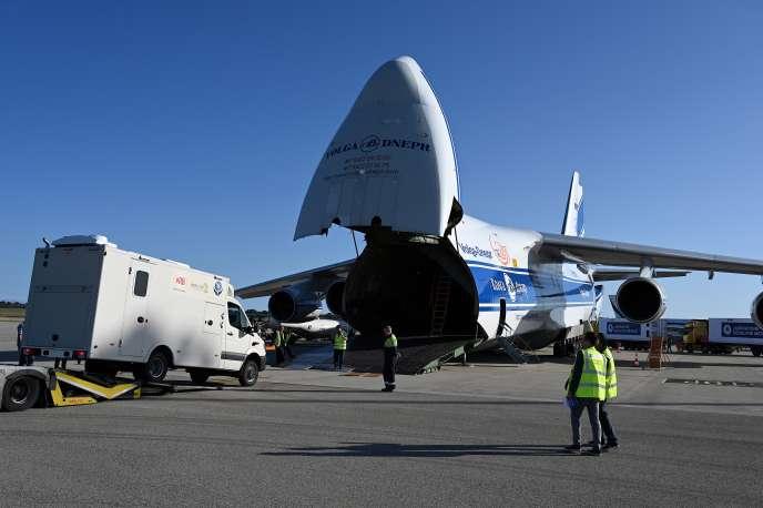 Un laboratoire destiné au dépistage d'Ebola est chargé dans un Antonov 124 à destination de Goma, en République démocratique du Congo, le 8 octobre 2019 à l'aéroport de Lyon-Saint-Exupéry.