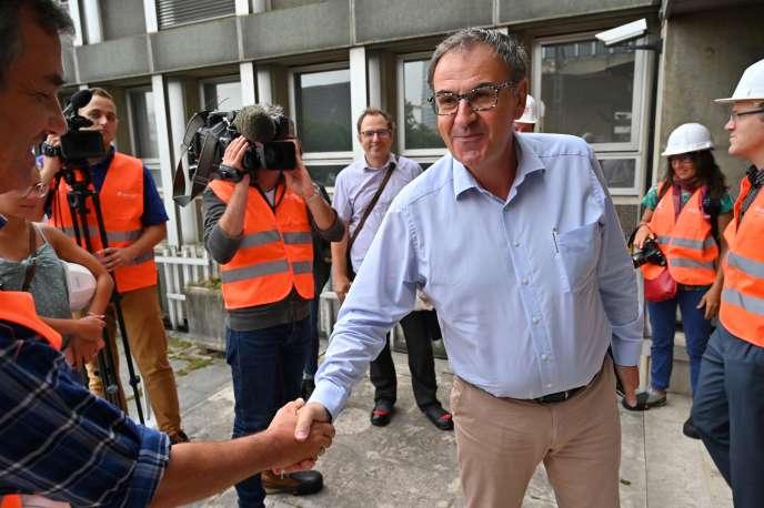 David Kimelfeld, président de Lyon-Métropole, lors d'une visite de chantier à la Part-Dieu, à Lyon, le 27 août. A Lyon, la perspective d'un duel fratricide entre Gérard Collomb et David Kimelfeld n'est toujours pas écartée.