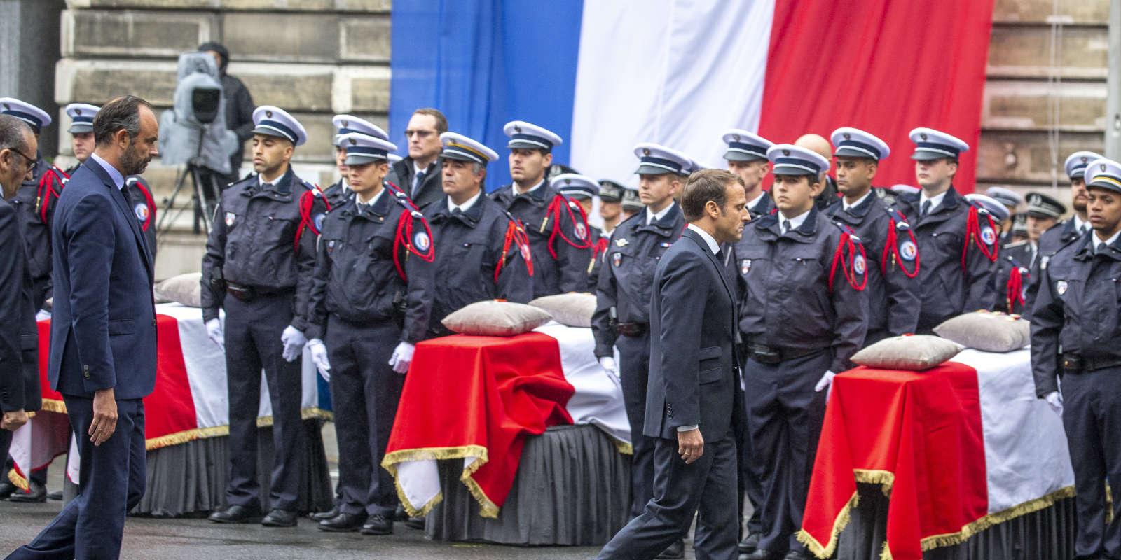 Le premier ministre Edouard Philippe et le président Emmanuel Macron lors de la cérémonie en hommage aux victimes de l'attaque à la Préfecture de Police de Paris, le 8 octobre 2019.
