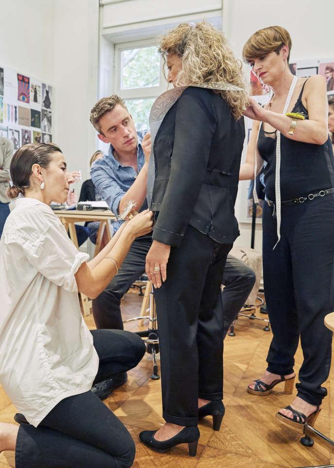 Essayage du costume d'académicienne de Barbara Cassin avec Guillaume Henry, chez Patou.