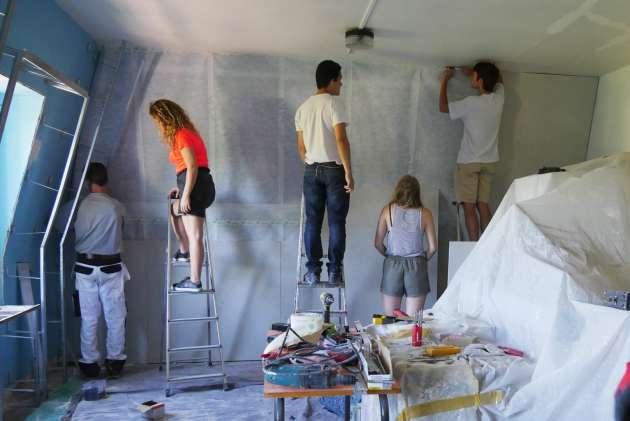 Les étudiants participent à la restauration des lieux.