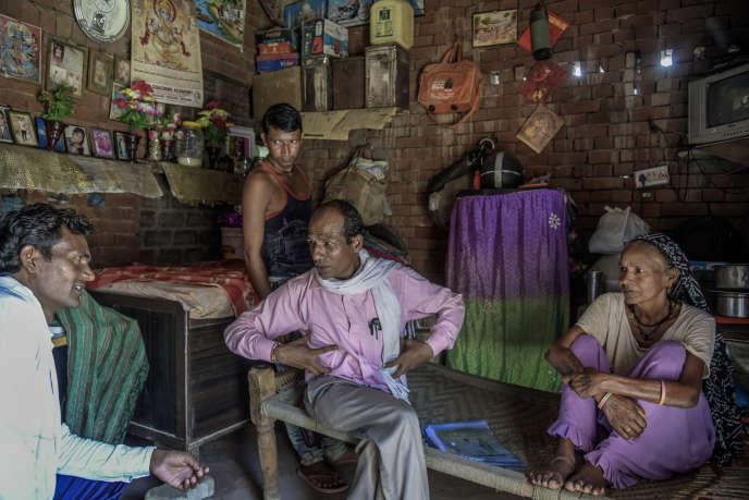 Maher Singh (au centre), un «volontaire» chargé par une ONG d'arpenter les villages pour tenter d'enrayer la tuberculose, notamment dans l'Etat de l'Haryana.