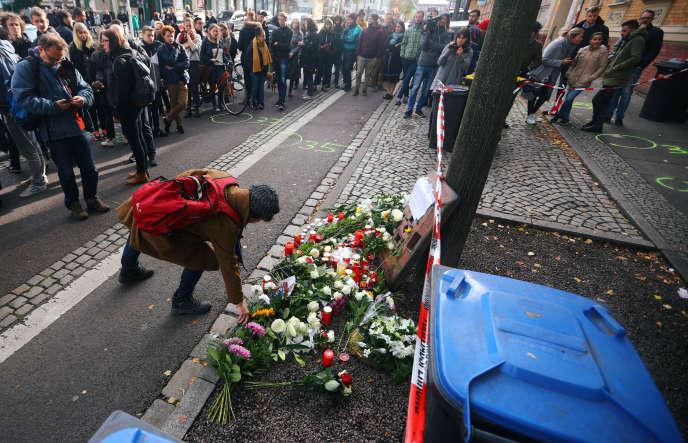 Des habitants de Halle rendent hommage aux victimes de l'attentat qui a fait deux morts, mercredi9octobre.