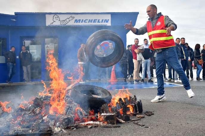 Un ouvrier de l'usine Michelin de La Roche-sur-Yon, en Vendée, manifeste après l'annonce de la fermeture du site, fin 2020, jeudi 10 octobre.