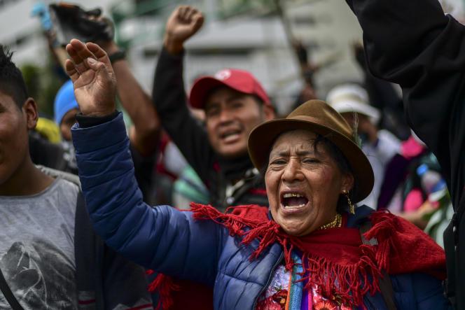 Des indigènes manifestent jeudi 10 octobre devant la Maison de la culture de Quito.