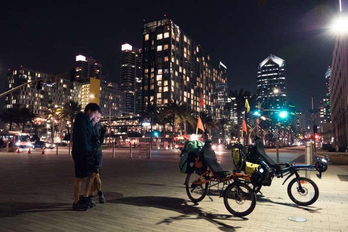 Kamila Hammond et Sylvain Leurent sont partis de Paris en septembre 2018 pour un parcours de deux ans en vélo à travers le monde. Ils traversent actuellement le continent américain et prévoient de se rendre ensuite en Océanie, en Asie et en Afrique, avant de rejoindre l'Europe. Ici, pour leur dernier jour aux USA, Kamila et Sylvain sont arrivés tard dans la ville, chose car car ils évitent de rouler la nuit. San Diego, 20 novembre 2018.