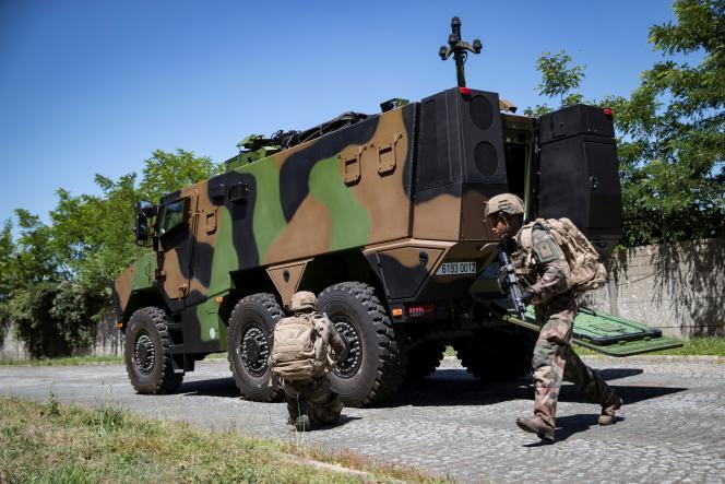 Soldats en exercice dans le camp de Satory, en juillet.