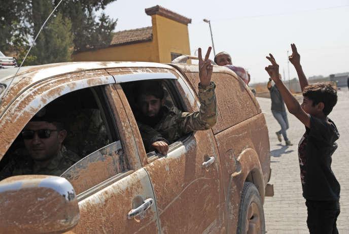 Des convois de l'« Armée nationale syrienne» de retour de la frontière avec la Syrie à Akcakale (Turquie), le 9 octobre.