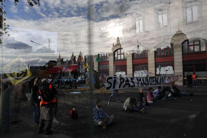Des activistes d'Extinction Rebellion bloquent l'accès à une rue dans le centre de Paris, le 7 octobre.