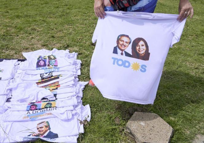 Des T-shirts à l'effigie du ticket Fenandez-Kirchner à l'élection présidentielle en Argentine, à Buenos Aires, le 7 octobre.