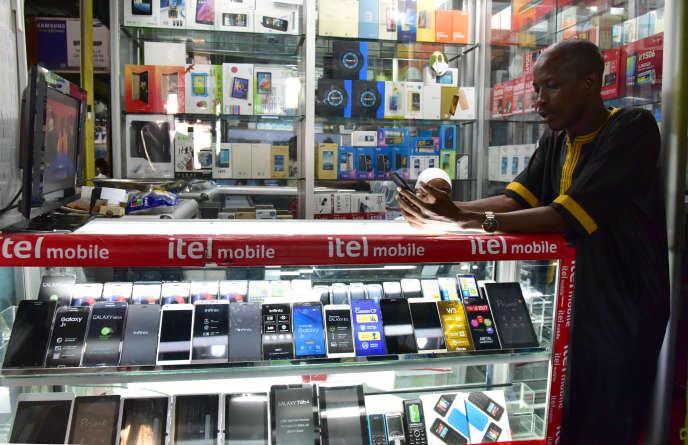 A Abidjan, dans une boutique de téléphone en septembre 2016.