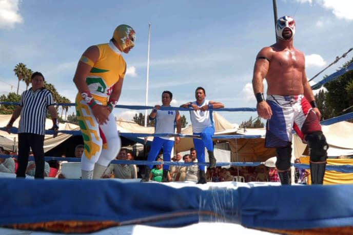 Photo extraite du documentaire « Luchadores». Sur le ring, l'un joue le gentil, l'autre le méchant.